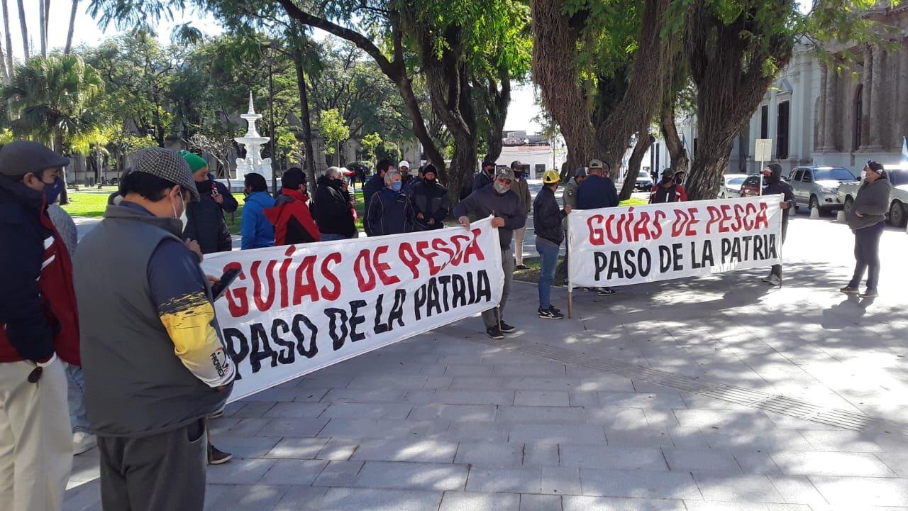 Guías de pesca amenazaron con cortar el puente - Las noticias más  importantes de Corrientes